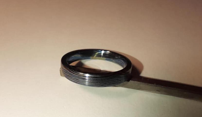 Titaan, timaskus ja nioobium, ning kullast-hõbedast valmistatud käsitööna unikaalsed abielusõrmused ja ehted.