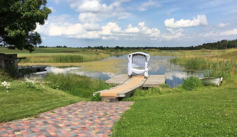Pulmad Küla Villas - pulmaaltar järve kaldal...