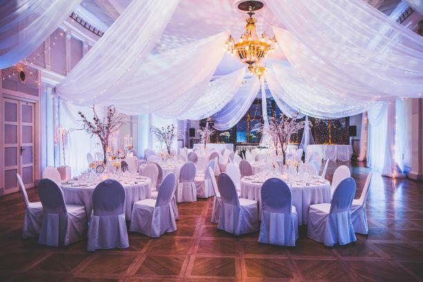 Muinasjutuline pulmapidu Mustpeade maja Valges saalis